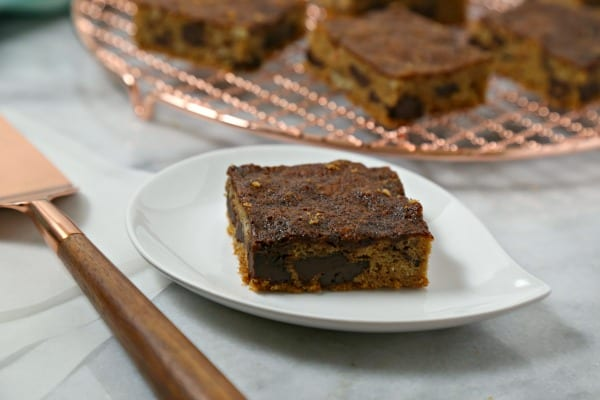 These Bacon Chocolate Chunk Blondies with Salted Chocolate Caramel Sauce from CookingInStilettos.com take the classic blondies recipe and amps it up with crisp salty bacon, crunchy pecans and a layer of salted chocolate caramel sauce for the win | @CookInStilettos