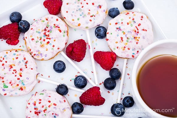 Delicious Dishes Recipe Party - Breakfast Recipes - Lollipop Pancakes from 5 Minutes for Mom | CookingInStilettos.com