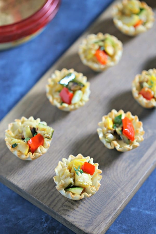 For a chic appetizer perfect for summer entertaining, these Garlicky Grilled Veggie Mini Tarts from CookingInStilettos.com are packed with flavor and so easy to make with Sabra Roasted Garlic Hummus. Vegetarian | Appetizers | Healthy | Lunch | Grilled